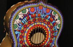 'Toca' arte huichol decoración de instrumentos musicales - El Plural MX - México