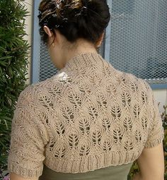 Fuente: http://www.ravelry.com/patterns/library/something-lacy-shrug