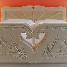 rama łóżka, tradycyjnie zdobiona w podhalańskie wzory