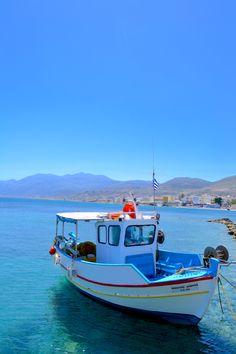 Kreetalaiset veneet on maalattu kirkkain ja erottuvin värein. Kaunis näky Hersonissoksen satamassa. #Hersonissos #satama #Aurinkomatkalla #Aurinkojahti #aurinkomatkat #Kreeta #matkailu