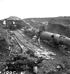 History Discover Canadian and American soldiers examining abandoned Japanese submarines on Kiska Aleutian Islands 1 September Ww2 History, World History, Military History, World War Ii, Naval History, Nagasaki, Hiroshima, Midget Submarine, Canadian Army
