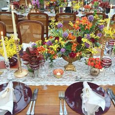 Ideia de caminho de mesa e flores.