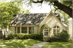 So cute and cottage-y! Love it! I could be happy here, I do believe. www.janiceromney.com