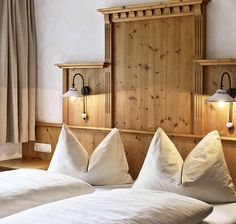Entspannt schlafen in den Ferienwohnungen // Cosy beds in the holiday apartments Bed Pillows, Pillow Cases, Room, Furniture, Home Decor, Holiday, Beds, Bedroom, Ski Trips