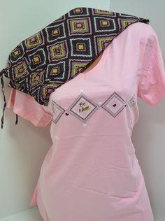 Дамска пижама Макси в ябълков цвят горната част а панталона е тъмен с цветни квадрати. Удобна и мека с нея ще ви бъде приятно и уютно. Може да я ползвате като домашен комплект