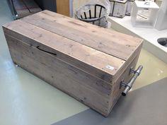 Kist van steigerhout met stoere handvatten van  steigerpijp. Ook leuk als salontafel