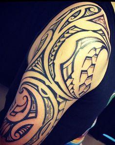 Tatouage sur le Haut Bras de modèle Maori Island dessiné à la habitude de tatoueur à faire les symboles et las lignes de motifs à grosse taille