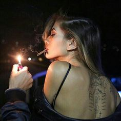 Imagem de girl, smoke, and tattoo