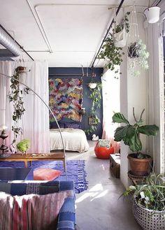einzimmerwohnung mit grünpflanzen dekorieren