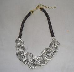 Colar de corda coberta com fita grafite e fita prateada com detalhe preto <br>Acabamento dourado
