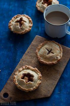 Niedawno naszła mnie niespodziewana ochota na ciasto z jabłkami, a najlepiej na tradycyjny amerykański apple pie. Ale jak zwykle zaczęłam kombinować, wymyślać i udziwniać. Ostatecznie, zamiast jednego dużego placka, powstały jabłkowe mini paje. Gdy je robiłam za oknem było zdecydowanie… Continue Reading →