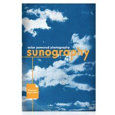 Fotopapier SUNOGRAPHY  Mit dem Fotopapier SUNOGRAPHY lassen sich wunderbare Drucke ganz einfach durch Belichtung des Papiers in der Sonne herstellen. Der Belichtungsvorgang wird gestoppt indem das Papier unter fließendem Wasser abgewaschen wird. Zur Herstellung eines Prints eignen sich  - Fotonegative - Blätter und Blumen - Schnüre - Röntgenaufnahmen etc. - Scherenschnitte  Schnell gemacht und dabei eindrucksvoll. Ein schönes Geschenk auch für größere Kinder. Die belichteten Stellen werden…