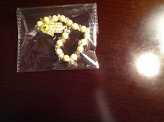 Brazalete de cuarzo transparente con abalorios howlita amarillos y un dije mano de Fátima para mujeres
