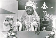 """Pearl Bailey with """"Miss Piggy"""" and """"Rowlf the Dog"""" on a 1978 episode of The Muppet Show."""