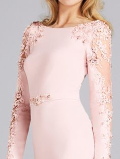 Süslü kollara sahip kokteyl elbisesi