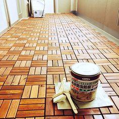 女性で、3LDKのマンションインテリア/RC広島支部/ベランダ/玄関/入り口についてのインテリア実例を紹介。「ベランダにIKEAのウッドパネルを敷きました。義兄夫婦とIKEAに行って、15ケース購入。図らずに急遽買ったけど、14ケースでピッタリでした。晴れの日に夫と防腐剤を二度塗りして完成。いろいろやりたいなぁ。」(この写真は 2016-06-28 14:06:41 に共有されました)