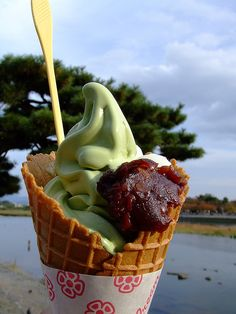 Matcha soft ice cream with Azuki beans at Arashiyama, Kyoto, Japan 嵐山で抹茶ソフト. Craving for matcha Matcha Ice Cream, Matcha Green Tea Powder, Gelato, Japanese Sweets, Japanese Food, Mooncake, Incredible Edibles, Ice Cream Desserts, Soft Serve