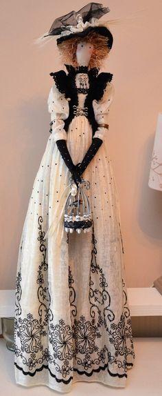 poupée tissu d'inspiration tilda, la Demoiselle à l'oiseau, voile plumetis, velours et chapeau à plumes
