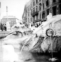 Roma. Piazza di Spagna. la Barcaccia. 1974