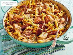 One Pot Pasta with Chicken & Tomato Recipe DELICIOUS Our popular recipe for one-pot pasta with chicken & tomatoes and over other free recipes LECKER. Informations About One-Pot-Pasta mit Hähnchen & Tomaten Rezept Pasta With Dried Tomatoes, Chicken Recipes With Tomatoes, Yummy Chicken Recipes, Yum Yum Chicken, Easy Healthy Recipes, Pasta Recipes, Recipe Chicken, Cabbage Recipes, Skillet Recipes