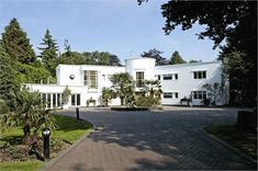 White Gables art deco house in Gerrards Cross, Buckinghamshire Art Deco Home, Home Art, Villas, Art Nouveau Arquitectura, Atlanta, Streamline Moderne, Art Deco Buildings, Classic House, Art Deco Design