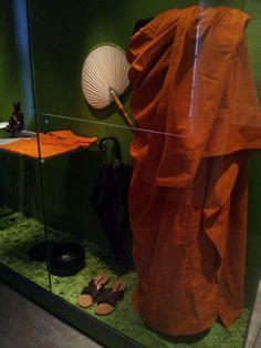 Kosketa tätä kuvaa: Buddhalaisen munkin varustus by Jaana Tahvanainen