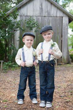 Pajes de boda con tejanos, tirantes y boina