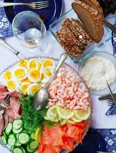 Juhannus – Recipes for Midsummer Party I MAHTAVA! For everyone who loves the Nordic cuisine and the North! Party Snacks, Appetizers For Party, Party Trays, Party Drinks, Food Design, Scandinavian Food, Swedish Recipes, Catering Services, Catering Food