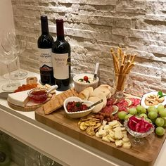 Charcuterie Recipes, Charcuterie And Cheese Board, Party Food Platters, Party Dishes, Fingerfood Party, Tasty, Yummy Food, Cooking Recipes, Healthy Recipes