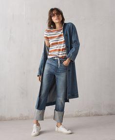 madewell denim rigid straight crop jeans worn with denim duster coat, hi-fi shrunken tee + madewell x veja sneakers.