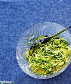 Raikas kesäkurpitsaspagetti syntyy, kun sekoitat perinteisen spagetin joukkoon kesäkurpitsasuikaleita. Nauti kesäkurpitsaspagetti esimerkiksi lohitartarin kera.