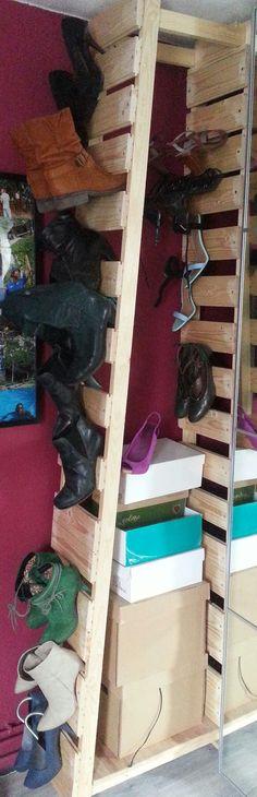 Deze kast heb ik gemaakt van grenenrabatdelen te koop bij elke bouwmarkt. Eronder zitten wieletjes verkrijgbaar bij Action. Voor een dame met veel schoenen.