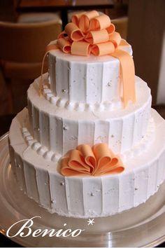 Torta de boda cubierta con crema y adornos de fondant - 画像 : ♡リボンを使ったウェディングケーキ集♡【随時更新中】 - NAVER まとめ