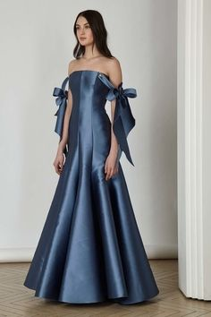 Alexis Mabille Pre-Fall 2017 Fashion Show Couture Mode, Style Couture, Couture Fashion, Fashion 2017, Runway Fashion, Fashion Show, Fashion Outfits, Fashion Design, Satin Dresses