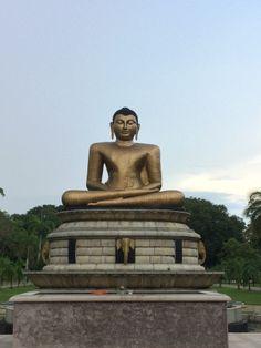 """Estatua de Buda en Victoria park, en Colombo Sri Lanka. Conoce mas sobre este país en nuestro artículo """"el Gran Viraje: Mi llegada a Sri Lanka"""""""