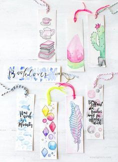 With watercolor paint, water and good paper can be quickly watercolor bookmarks create. Then into dancing a hole through pull yarn - that are the DIY watercolor bookmarks. Creative Bookmarks, Diy Bookmarks, Bookmark Ideas, Homemade Bookmarks, Bookmark Craft, Beaded Bookmarks, Crochet Bookmarks, Creative Crafts, Pot Mason Diy