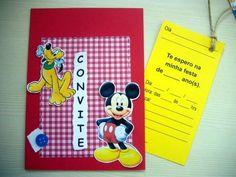 """Convitinho para aniversário no tema """"MICKEY & PLUTO"""" Feito em scrapbook, medindo 1/4 de ofício (10x15cm). Com um cartão-convite no """"bolso"""", que vc puxa pelo cordão, e preenche os dados.  Este cartão-convite pode já ser impresso com os dados da festa ficando em branco apenas o nome dos convidados. Se preferir com o nome do convidado impresso também, o valor do convite é acrescido de $0,50 por unidade. Basta passar uma listagem, e enviamos as artes para aprovação antes de imprimir. O convite…"""