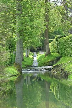 Section of one of the streams in the d'Annevoie Gardens (Namur Region  of Belgium) à découvrir lors de votre séjour à la Grange d'Ychippe (gîte et chambre d'hôtes situés à proximité de Leignon, Dinant, Ciney, Rochefort, Chevetogne, en Wallonie, Belgique). www.lagiterie-ychippe.be