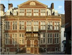 """Huis """"Steenen Trappen"""", Neerstraat 33, bouwjaar 1666 (Maaslandse renaissancestijl) Het complex werd in 1876 een zusterklooster en kindertehuis."""