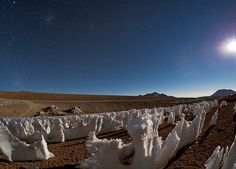 www.delunademiel.es Exponerse a un cielo nocturno en la zona de Atacama significa disfrutar de la experiencia de deslumbrarse a simple vista, tan sólo con mirar hacia arriba. En especial, la zona de San Pedro de Atacama es una de las regiones más privilegiadas del planeta para observar el cielo nocturno no sólo por su casi nula contaminación lumínica, sino también por la ausencia de nubes