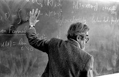 Il professore di Matematica tradizionale nelle storielle popolari è distratto. Appare di solito in pubblico con un ombrello scassato per mano. Preferisce guardare in faccia la lavagna e dare la schiena alla classe. Scrive a, dice b, intende c; ma dovrebbe essere d. - George Pólya #mattamatica