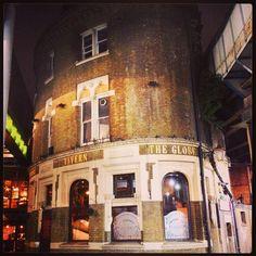 I love the #Globe #Pub sandwiched between #LondonBridge's railway bridges! Old school #boozer! Get the #Kooky #London #App #ig_London #igLondon #London_only #UK #England #English #GreatBritain #British #iPhone #quirky #odd #weird #photoftheday #photography #picoftheday #igerslondon #lovelondon #timeoutlondon #instalondon #londonslovinit #mylondon #Padgram British Pub, Pub Bar, Bar Lounge, Lounges, Great Britain, Bridges, Old School, Globe, Weird