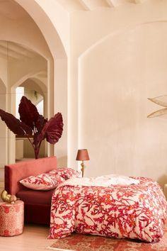 Met dit Essenza Bowie dekbedovertrek zorg je voor een tropische vibe in de slaapkamer. Het is een waar kunstwerk! Het dessin met opvallende rode en oranje takken met bladeren is namelijk met de handgeschilderd. Gemaakt van luchtig katoen-perkal. #fonQ #fonQnl #slaapkamer #slaapweken #dekbedovertrek #Cover&Co #slaapkamerideeen #slaapkamerinspiratie #wooninspiratie