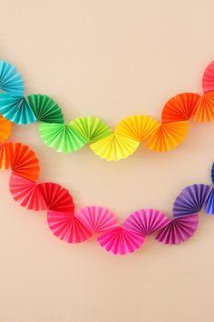 Rainbow Fan Garland {Easy DIY Party Decoration} – Ice Cream Off Paper Plates - Faschingsdeko Basteln Rainbow Fan, Rainbow Paper, Rainbow Theme, Diy Décoration, Easy Diy, Diy Party Dekoration, Diy Paper, Paper Crafts, Tissue Paper