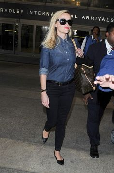 Reese Witherspoon wearing Louis Vuitton Neverfull GM Monogram Bag, Valentino Noir Rockstud Leather Ballet Flats and Frame Denim Le Color Skinny Jeans in Film Noir