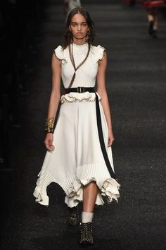 Alexander McQueen Fall 2017 Ready-to-Wear Fashion Show Collection
