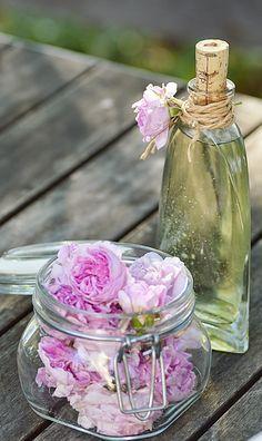 { Hemmagjort rosenvatten } «Ingredienser» 100 g rosblad (endast kronbladen), gärna från doftande gammaldags rosor ∕ 2 ½ dl vatten. «Gör såhär» Packa rosbladen i en skål. Koka upp vattnet, häll det över rosenbladen, låt svalna. Sila bort rosbladen & häll upp rosenvattnet på väl rengjorda flaskor. Förslut väl & förvara i kylskåp. Edible Flowers, Sugar Flowers, Bra Hacks, Marmalade, Milkshake, Food Art, Pickles, Food To Make, Glass Vase
