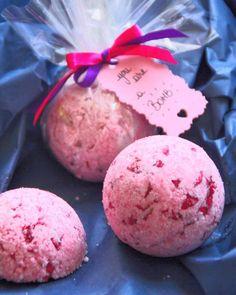 Offrez une bombe de bain avec des pétales de rose. Un DIY facile à faire et parfait à offrir !  Offer a bath bomb with rose petals. A easy DIY perfect to offer!