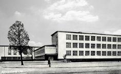 Am 24. November 1930 wurde in einen Festakt in der Stadthalle der Handelshochschule in Königsberg die Promotionrechte verliehen.  Am gleichen Tag erfolgte die Grundsteinlegung für das neue Gebäude durch den Ministerpräsidenten Otto Braun am Oberteich.  Die Handelshochschule befand sich in der Caecilienallee.