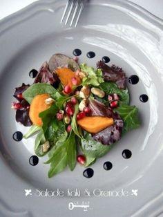 Salade aux grenade et Kaki  Ingrédients :     60g de feuilles de salades assorties (frisée verte, rouge, épinards...)     60g de graine de grenade     2 kakis     30g de noix     2 c. à soupe d'huile de tournesol     1 c. à soupe de vinaigre balsamique     sel, poivre